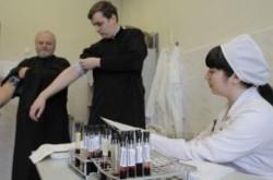 В Запорожье священники сдают кровь для больных детей